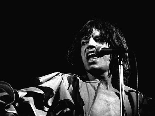 mick-singing-at-mic-1976-co-530-85